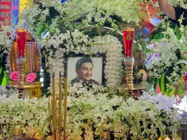 Đám đông chen lấn, giẫm đạp lên các mộ phần để theo dõi lễ an táng nghệ sĩ Anh Vũ